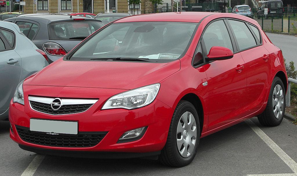 1024px Opel Astra J 1.4 ecoFLEX Edition front 20100725 Jaki samochód wybrać dla początkującego kierowcy?