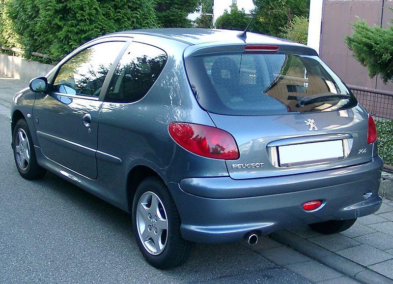 800px Peugeot 206 rear 20071007 Jaki samochód wybrać dla początkującego kierowcy?